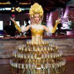 Как подать шампанское на свадьбе:  5 ярких способов