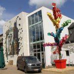 Уличный художник строит скворечники невероятной красоты, которые преображают город